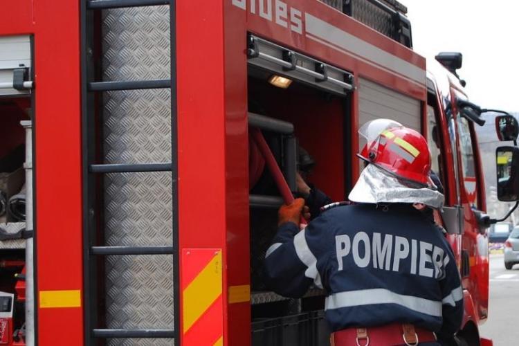 CLUJ: Incendiu la o cabană. Pompierii au intervenit rapid și au reușit să salveze casa