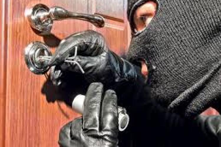 Tineri mascați, surprinși când încercau INSISTENT ușa unui apartament din Florești. Se înmulțesc hoții sau cu COVID -ul toți par hoți?