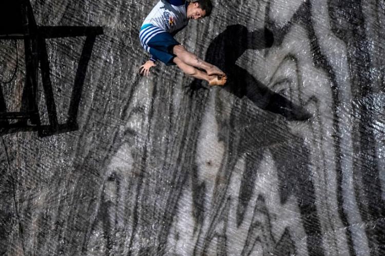 Premieră mondială în Salina Turda! Prima săritură din lume la 120 de metri sub pământ, s-a făcut în lacul din Salina Turda - VIDEO