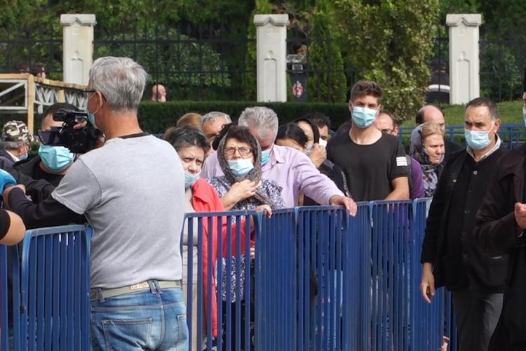 Autorităție au cedat și le-au dat voie pelerinilor să se roage la moaștele Sf. Parascheva. Mii de oameni așteptau la coadă