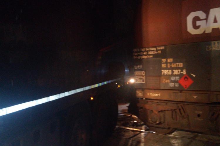 Accident feroviar la Cluj. Un tren care transporta motorină a fost lovit de un camion FOTO