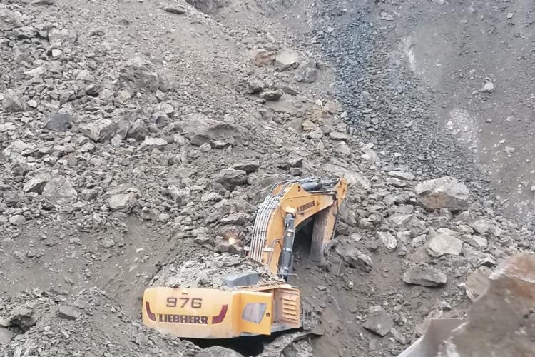 UPDATE: Șoferul buldoexcavatorului a fost găsit mort / Alunecare de teren la cariera Morlaca. Un om e captiv într-un buldoexcavator - FOTO