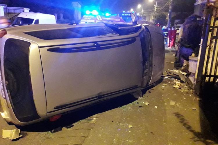 Mașină răsturnată pe o stradă din Dâmbul Rotund. Șoferul a plecat și a lăsat-o acolo FOTO