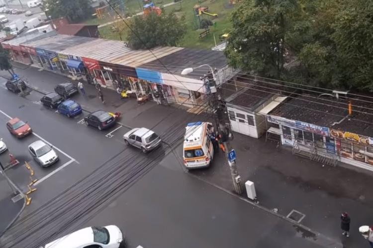 Clujeancă băgată cu forța în ambulanță, după ce polițiștii au prins-o că nu purta mască. Ce explicație au autoritățile VIDEO