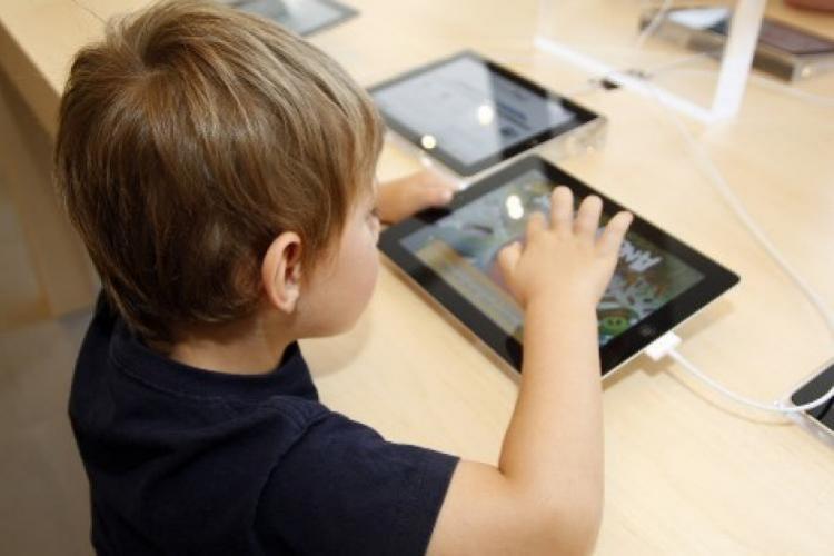 """Elevii clujeni primesc 4723 de tablete prin Programul MEC """"Școala de acasă"""""""