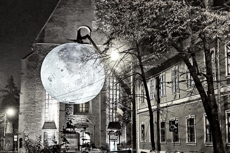 Super Luna expusă pe cea mai frumoasă stradă din Cluj. E magic! - FOTO