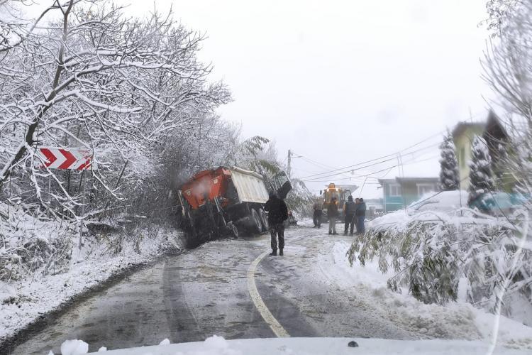 """Utilaj de la deszăpeziri, """"eșuat"""" pe drumul spre satul Gheorgheni - FOTO"""