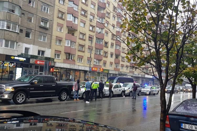 Accident în lanț pe strada Fabricii. Patru mașini au făcut carambol FOTO