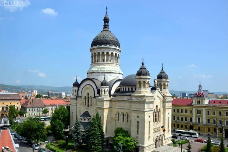 Catedrala Mitropolitană se luminează în culoarea albastru-verzui, într-o campanie de eradicare a cancerului de col uterin