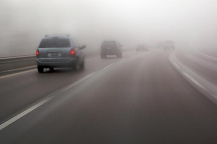 ATENȚIE, șoferi! Avertisment de trafic în condiții de ceață în Cluj și alte 14 județe