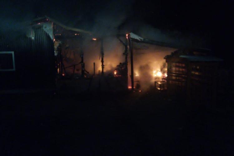 Cluj: Cabană mistuită de flăcări în toiul nopții, la Ciucea (Vânători-Poic) - FOTO