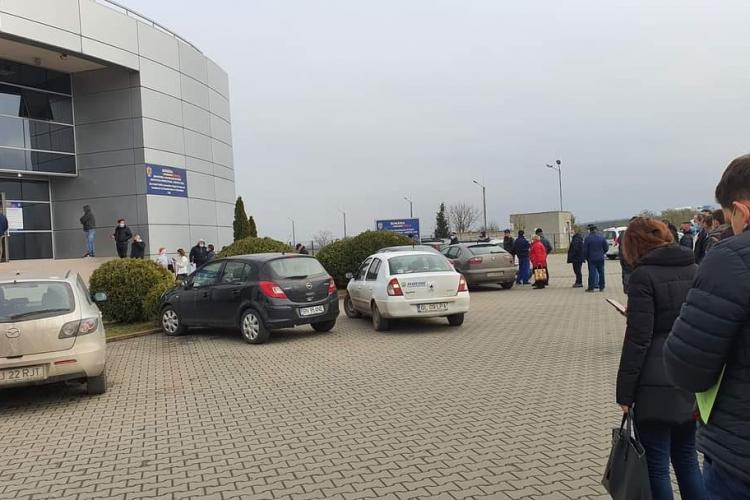 Mutarea sediului Serviciului de Permise și Înmatriculări Cluj a mutat coada din Gheorgheni în Someșeni - FOTO