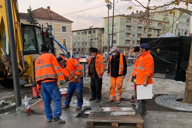 Poza din Piața Lucian Blaga. Unul lucrează și 6 se uită la ce face - FOTO