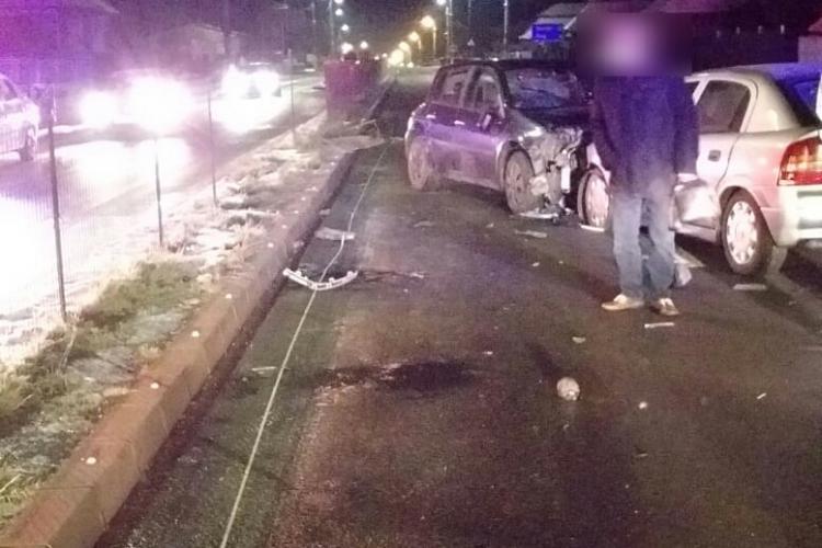 Accident la Tureni. A trecut peste bordura care separă sensurile și a lovit altă mașină - FOTO
