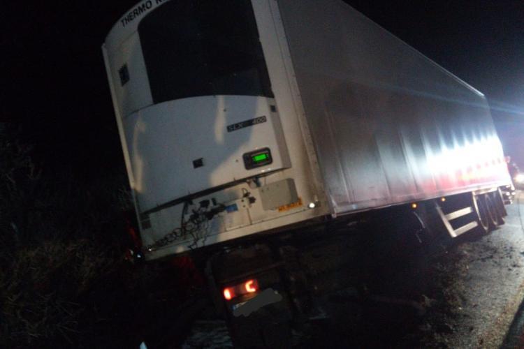 Autocamion derapat la Izvorul Crișului, Șoferul a rămas încarcerat în cabină - VIDEO
