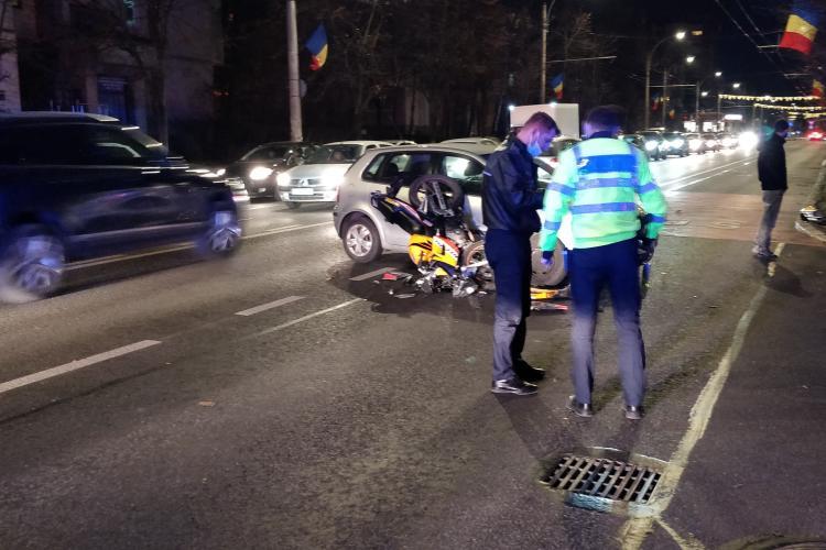 Accident pe strada Nicolae Titulescu! Un motociclist a intrat direct în un autoturism - FOTO
