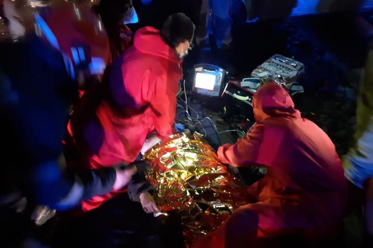 Femeie prinsa sub mașină pe un drum din Cluj. Medicii o resuscitează FOTO