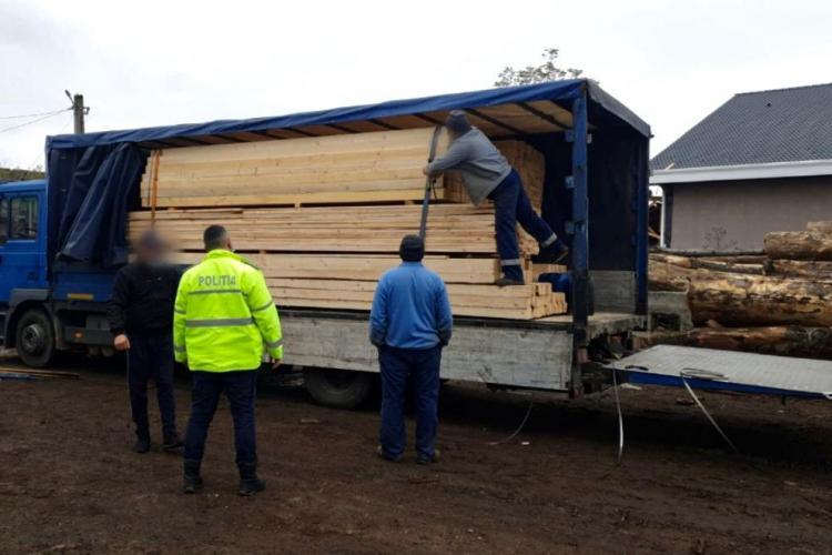 Zeci de metri cubi de lemn confiscați de polițiști la Huedin FOTO