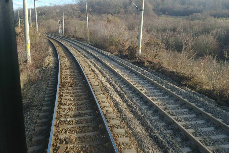 UPDATE Persoană SPULBERATĂ de tren într-un tunel de la limita județului Cluj. A fost tăiată în două