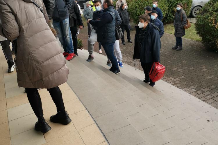 Cozi la ridicarea documentelor la Serviciul de Înmatriculări și Permise Cluj - VIDEO