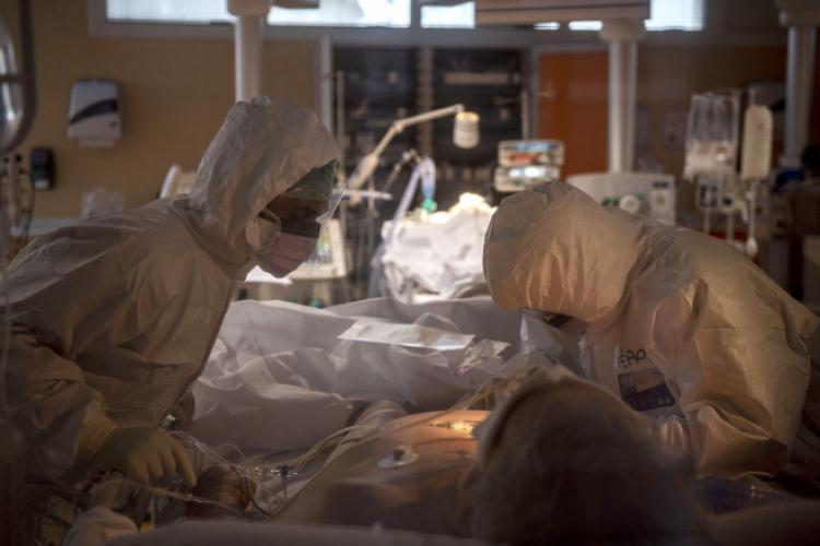 Secțiile ATI mai au numai 80 de paturi la ATI. Medicii solicită restricții mai dure