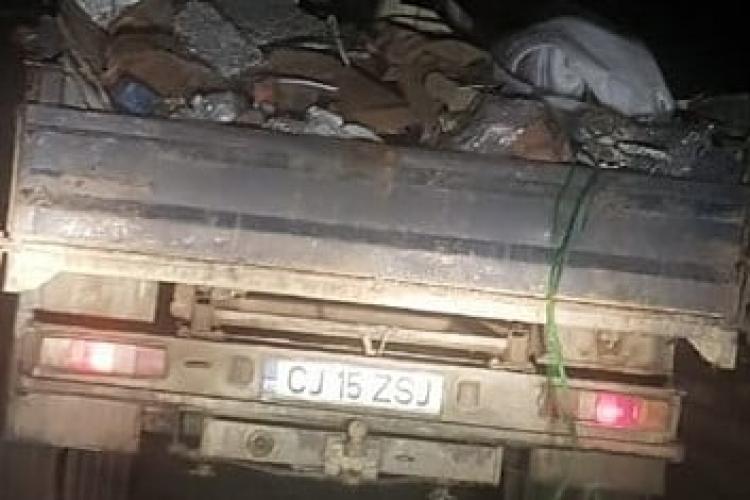 Cluj: Șofer care a aruncat deșeuri pe marginea drumului, făcut de râs și depistat de doi tineri cu inițiativă