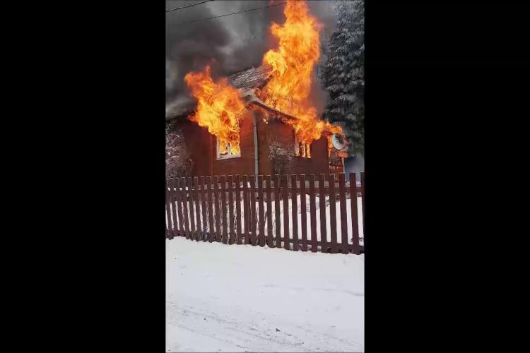 O cabană a luat foc la Muntele Băișorii - VIDEO
