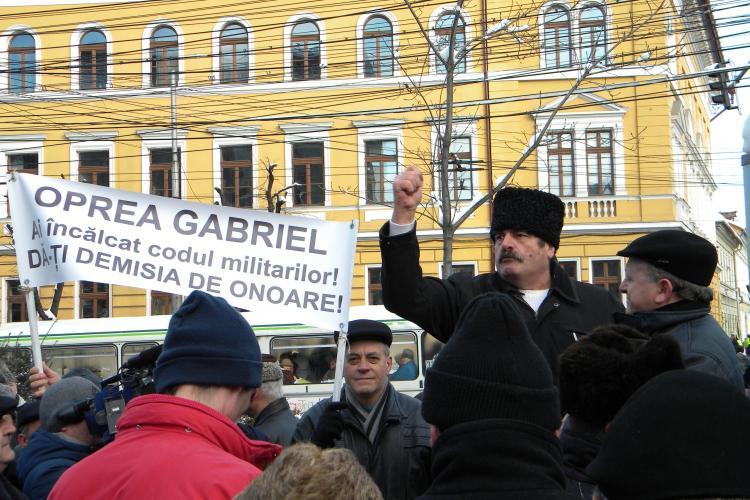 """300 de rezervisti au protestat in fata Prefecturii Cluj: """"Daca va fi nevoie vom pune mana pe arme!"""" - VIDEO"""