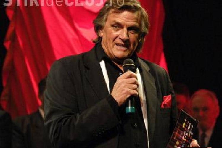 """La multi ani Florin Piersic! Actorul a implinit 75 de ani si a fost sarbatorit pe scena, jucand piesa """"Straini in noapte"""""""