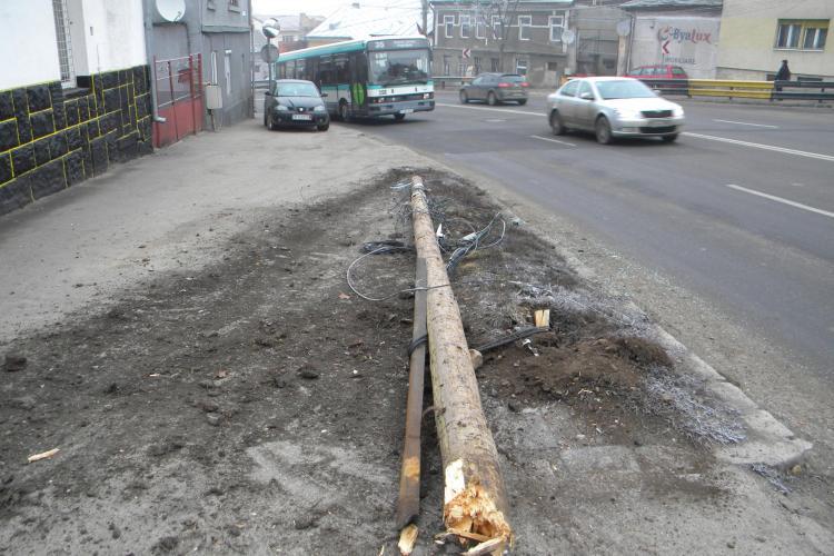 Accident pe Calea Turzii! Un sofer a derapat si a rupt un stalp de electricitate - Galerie FOTO