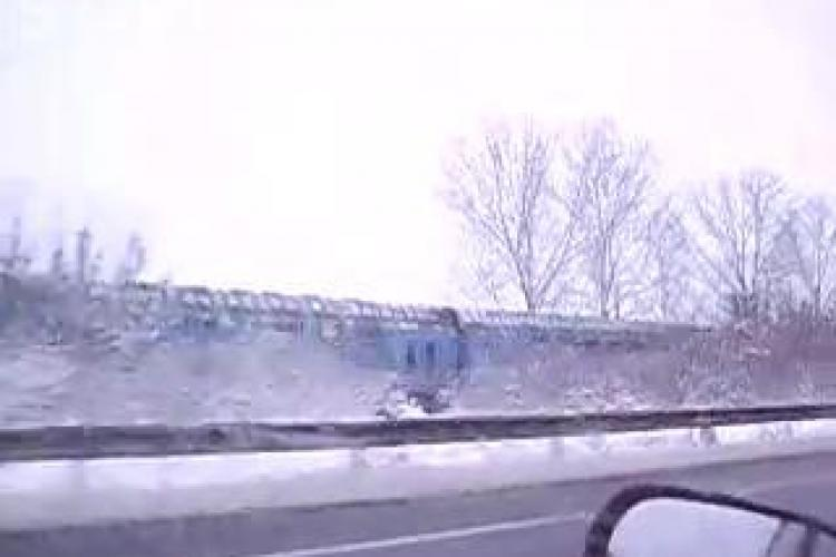 Un sofer s-a intrecut cu un tren intre Cluj Napoca si Dej si a filmat scena - VIDEO