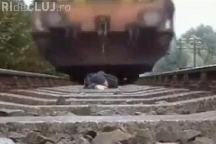Socant! S-a filmat in timp ce trenul trecea peste el - VIDEO
