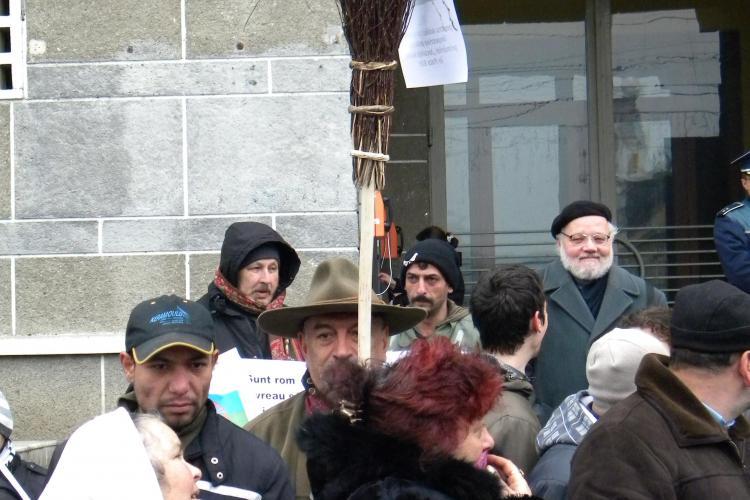 Rromii mutati la Pata Rat au protestat in piata Lucian Blaga: Primarul ne-a mutat in ghetou - VIDEO si FOTO