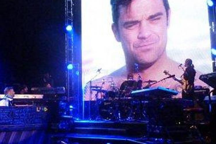 Robbie Williams, dezbracat in pielea goala intr-o inregistrare video cu dedicatie pentru Gary Barlow