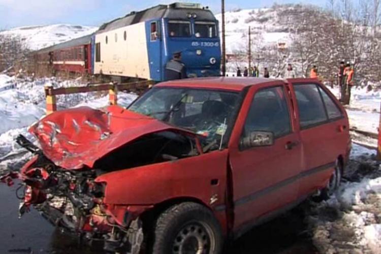 Accident feroviar la Mera! Un autoturism a fost lovit de un tren- VIDEO