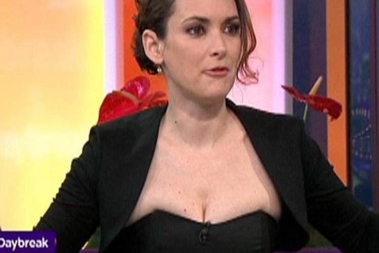 "Winona Ryder a purtat o rochie ""imposibil"" de stramta la o emisiune TV- VEZI FOTO"