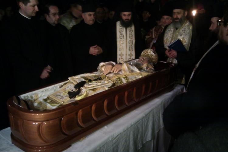 Trupul lui IPS Bartolomeu a fost depus in curtea Palatului Mitropolitan unde a fost oficiata o slujba religioasa! VIDEO si FOTO