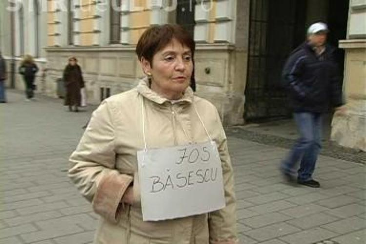 "Sotia lui Razvan Rotta, Alice Rotta, a protestat in fata PDL Cluj: ""Jos Basescu"" si ""Jos Guvernul Boc"" - VIDEO si FOTO"