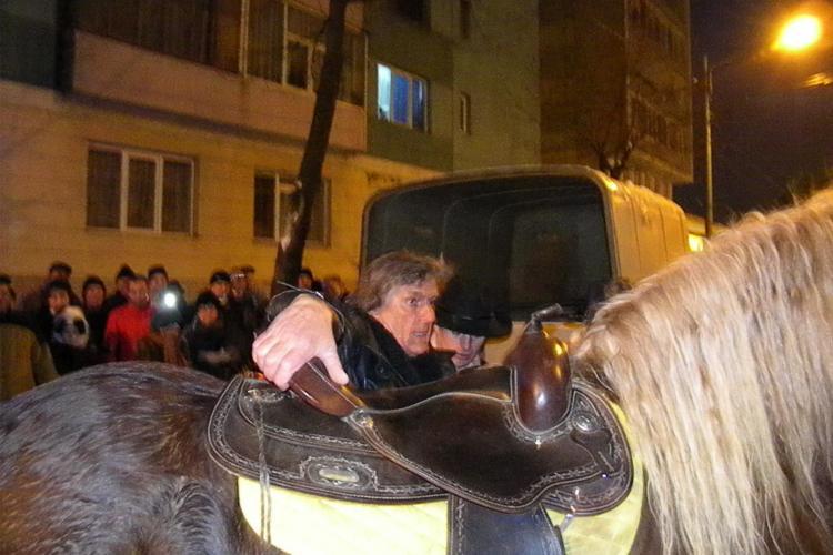 Florin Piersic, la un pas sa fie aruncat la pamant de calul pe care l-a calarit pana in fata cinematografului - VIDEO si FOTO
