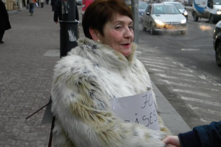 Alice Rotta, in a treia zi de protest in fata sediul PDL Cluj! Femeia a fost supravegheata de politisti si jandarmi