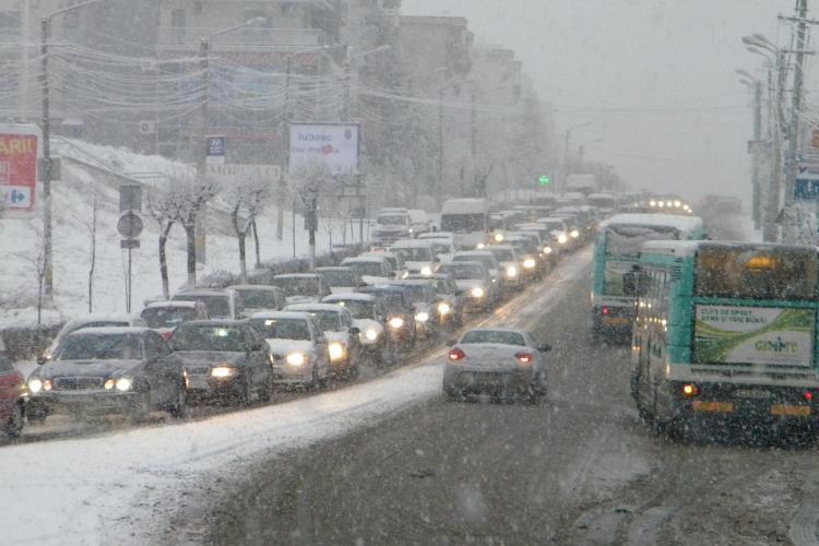 Zorilor si Gheorgheni, zona strazii Brancusi, blocate de zapada! Timp de o ora autobuzele nu au circulat