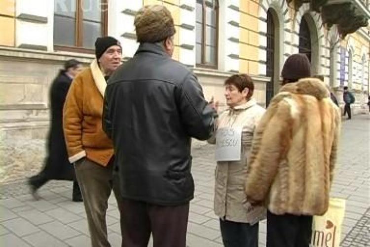 Un barbat protesteaza in fata la PDL Cluj, dupa modelul lansat de Alice Rotta!