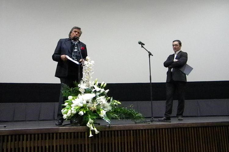 Florin Piersic a povestit aseara la inaugurarea cinematografului cum s-a batut cu o ursoaica si a sarit cu parasuta! VIDEO