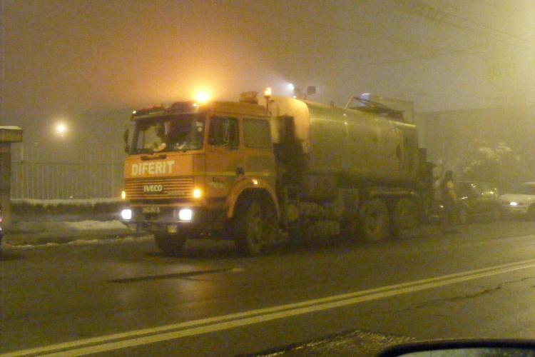 Asfaltare la -11 grade Celsius! Firma Diferit a fost surprinsa in timp ce lucra la ora 23.00 pe strada Traian Vuia!