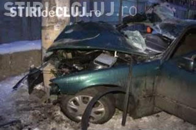 Accident grav la Dej! Trei tineri au fost grav raniti, doi dintre ei avand sanse mici de supravietuire, dupa ce au intrat cu masina intr-un stalp! VIDEO
