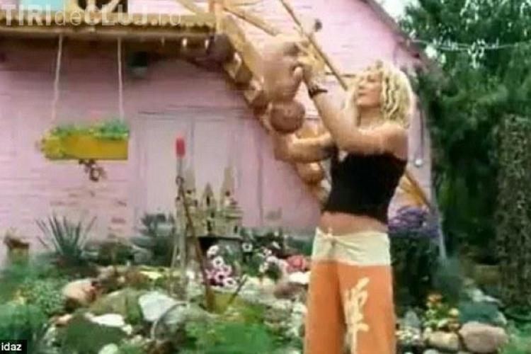 Un bebelus este tinut de picioare si invartit in aer de mama lui, in timpul unei sedinte de yoga - VIDEO