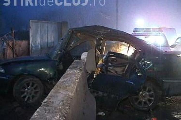 Un autoturism s-a zdrobit de un parapet de beton de pe Calea Turzii! Trei persoane sunt ranite - VIDEO