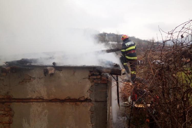 CLUJ: O familie din Vad aproape a rămas fără casă din cauza unei afumătoare nesupravegheate