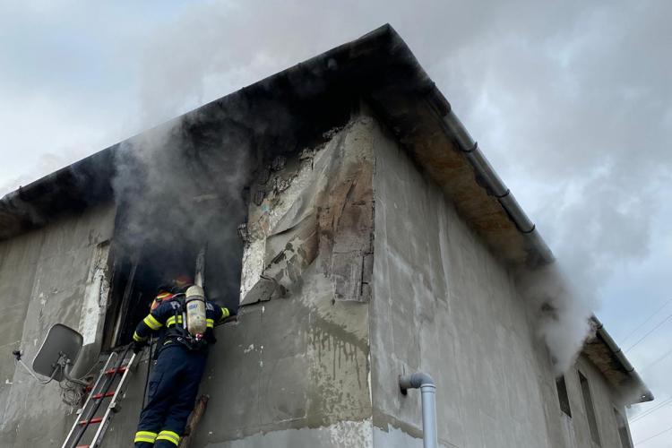 Incendiu la un bloc din Bonțida. Mai multe persoane au fost consultate de medici