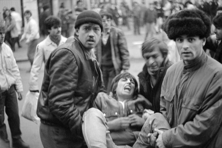 Un fotograf a surprins panica din centrul Clujului, din 21 decembrie 1989: Se trăgea și oamenii erau la pământ - FOTO